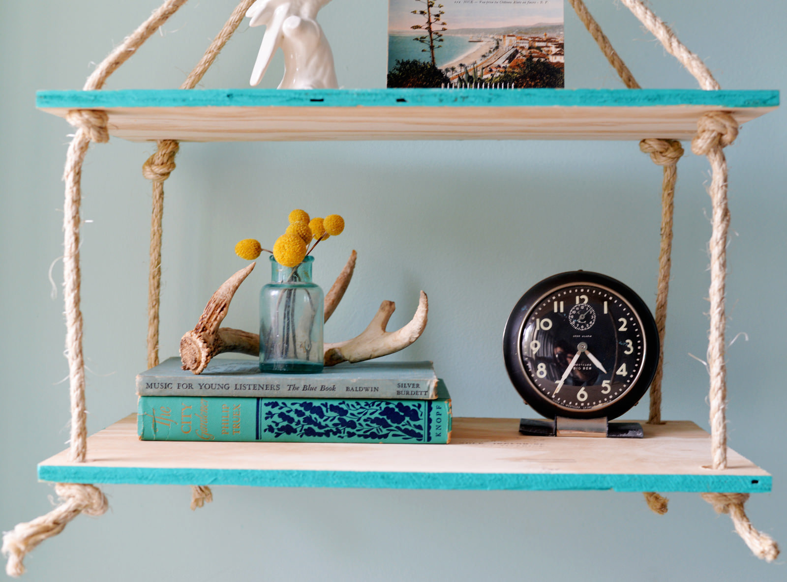 How to make a floating shelf Step-by-step DIY guide - Suspended shelves designed for storing books, decor items, photo frames, family photo albums
